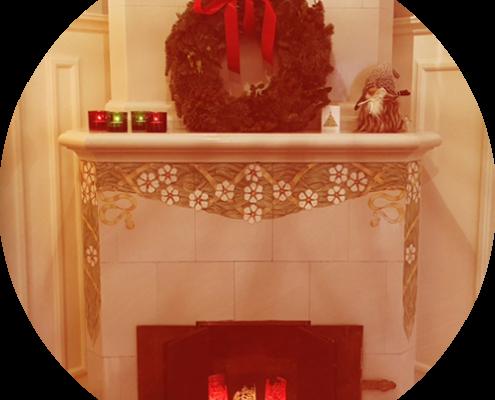 Öppen spis med julkrans och tomte